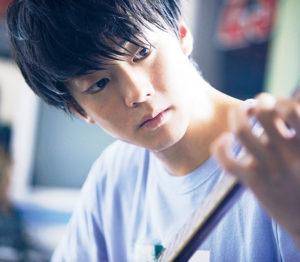 映画『宇宙でいちばんあかるい屋根』の登場人物、浅倉亨がバンジョーを弾いているシーン