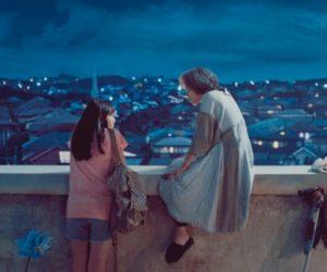 映画『宇宙でいちばんあかるい屋根』の主人公の大石つばめがもう一人の登場人物星ばあとビルの屋上で語り合うシーン